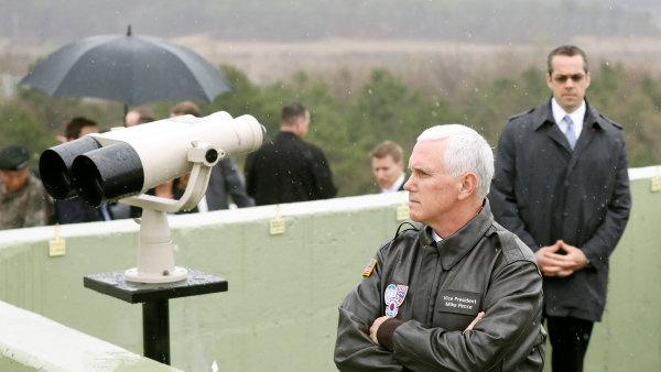"""""""Neustálé používání a testování balistických raket KLDR je nepřijatelné,"""" zdůraznil Pence během návštěvy demilitarizované zóny na hranici mezi Jižní Koreou a Severní Koreou."""