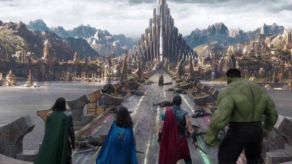 Film Thor: Ragnarok začnou česká kina promítat 26. října.
