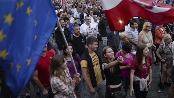 Mnoho Poláků proti jednání vlády protestuje.