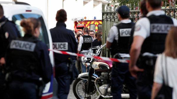 Policie zajišťuje místo, kde byli zraněni francouzští vojáci.
