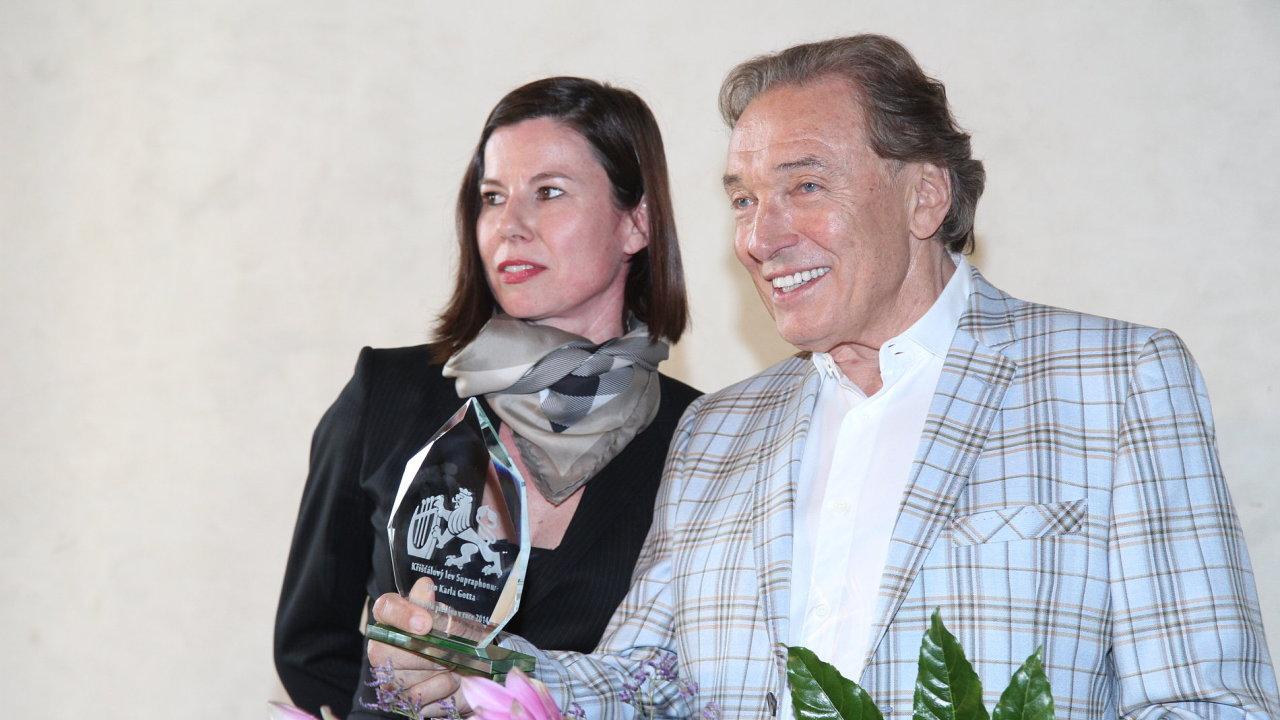 Na tři roky starém snímku se zpěvákem Karlem Gottem je ředitelka Supraphonu Iva Milerová.