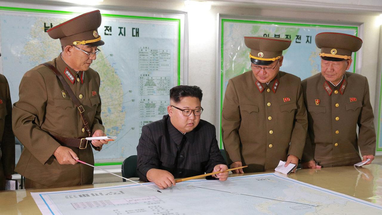 Kim Čong-un už má na stole plány útoku na Guam, nyní čeká na reakci svého amerického protějšku.