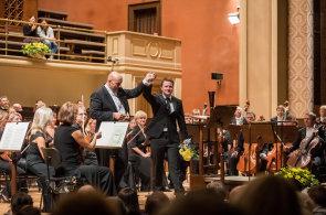 Andrej Bondarenko (na snímku z nedělního koncertu je s šéfdirigentem Emmanuelem Villaumem) má lyrický, světlý a nosný hlas.