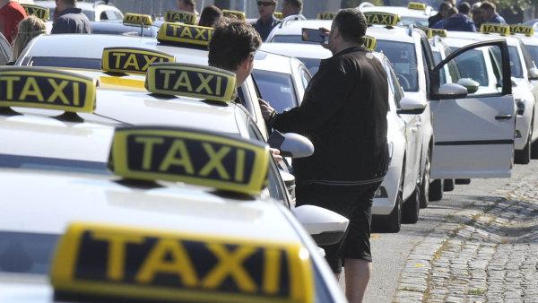 Taxikáři ruší středeční protest. Chtějí jednat na magistrátu.