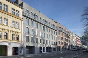 Výjimka, jež má být standardem: Bytový dům na Žižkově architekti propojili s okolím