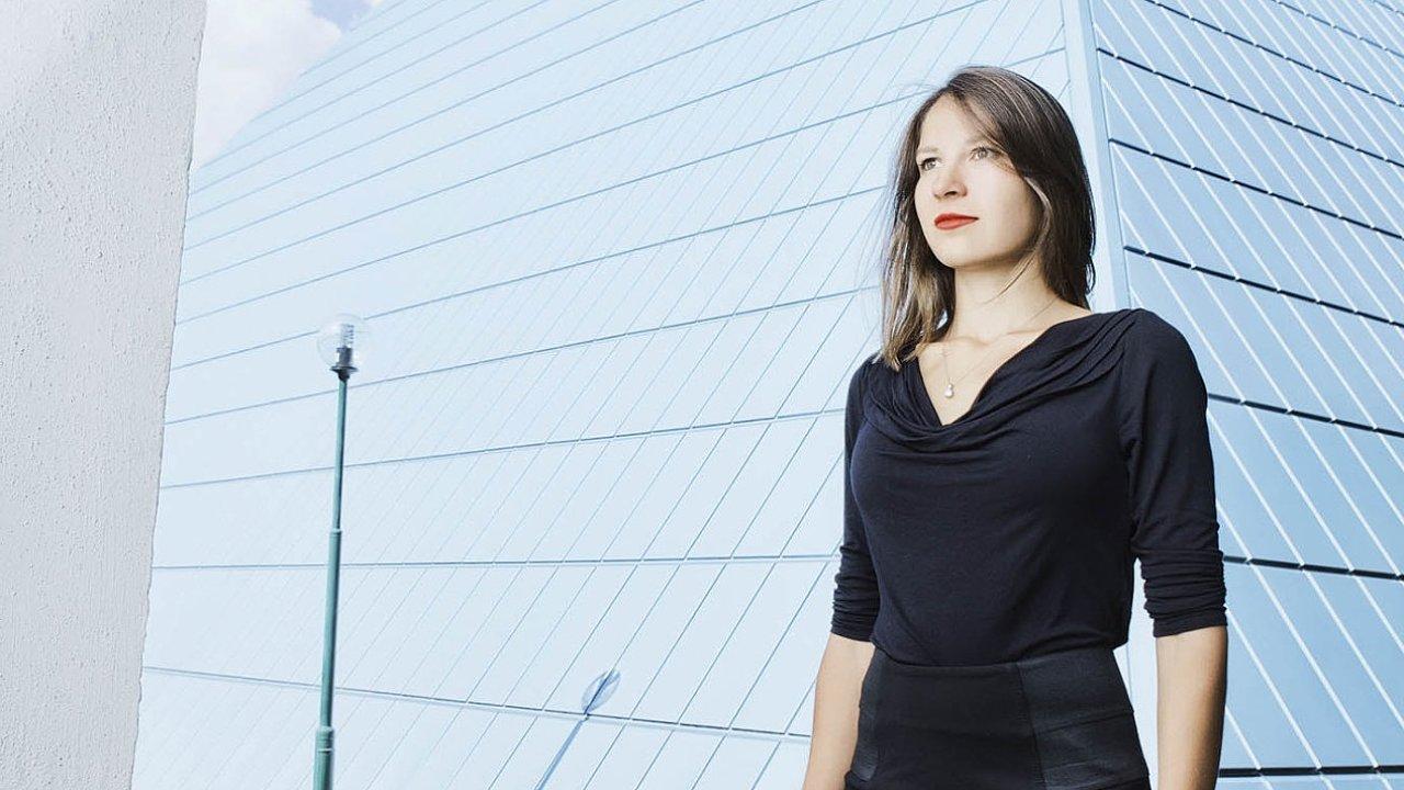 Mladá psycholožka Lucie Davidová zkoumá vztahy mezi členy vesmírných posádek.