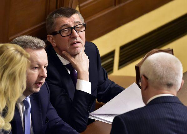 Zleva ministr životního prostředí Richard Brabec, premiér Andrej Babiš a poslanec Jaroslav Faltýnek (zády) na schůzi Poslanecké sněmovny 19. ledna v Praze.