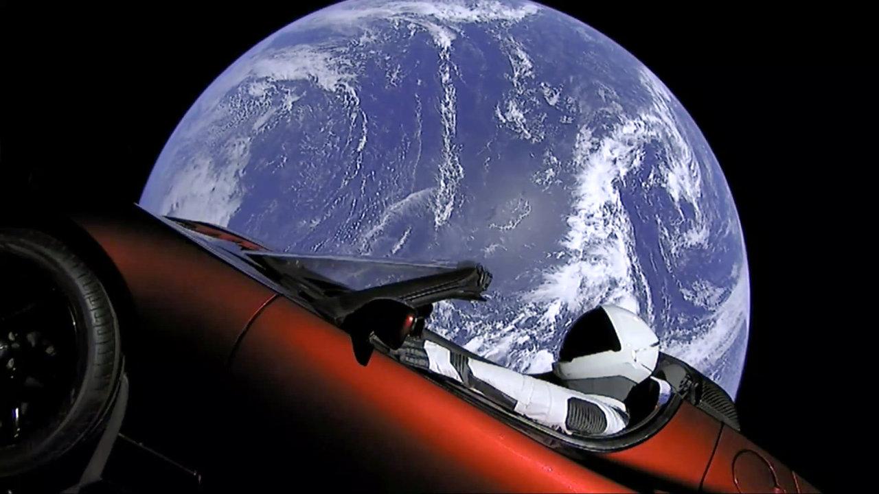 Raketa Falcon Heavy odstartovala do vesmíru. Nese automobil Tesla, který má obíhat kolem Slunce.