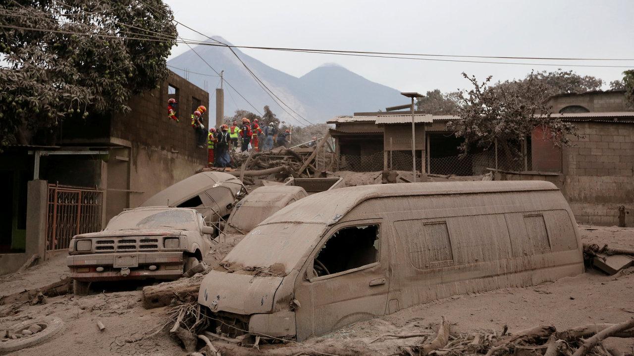 Erupce sopky Volcán de Fuego  si zatím vyžádala 69 lidských životů, jejich počet nejspíš dál poroste.