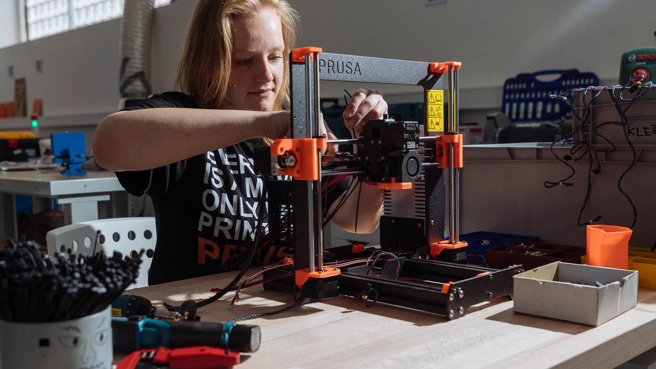 Pražským otevřeným dílnám tento týden vznikla významná konkurence vesvětově proslulém výrobci 3D tiskáren Josefu Průšovi. Na rozdíl od ostatních má vybavení za miliony korun.