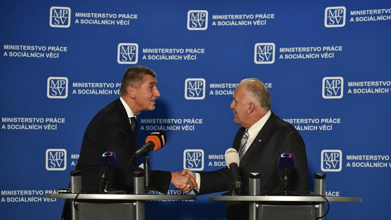 Premiér Andrej Babiš (vlevo) a ministr práce a sociálních věcí Petr Krčál na tiskové konferenci uspořádané poté, co byl nový ministr uveden do úřadu 29. června v Praze.