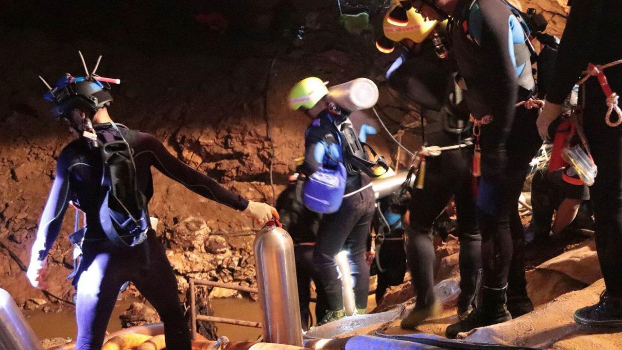 Evakuace prvních chlapců uvězněných v podzemní jeskyni začala vneděli ráno.