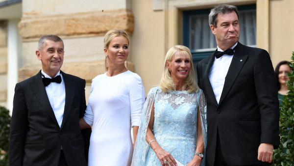 Bavorský premiér Markus Söder a český premiér Andrej Babiš se svými manželkami na zahájení Wagnerova hudebního festivalu v Bayreuthu.