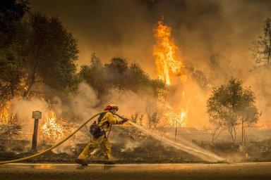 Největší požár v historii Kalifornie si vyžádal sedm obětí, lidé utíkají ze svých domovů. Trump vyhlásil stav katastrofy
