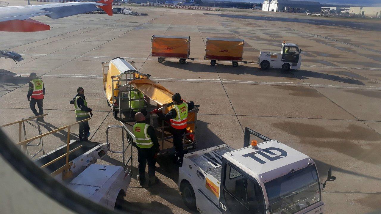 DHL rozšiřuje působení v netradiční oblasti - osobní letecké dopravě.