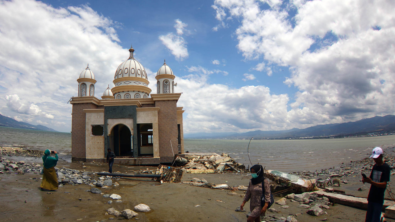 Pozemětřesení. Zbytky mešity zničené potsunami vříjnu loňského roku naindonéském ostrově Sulawesi (Celebes).