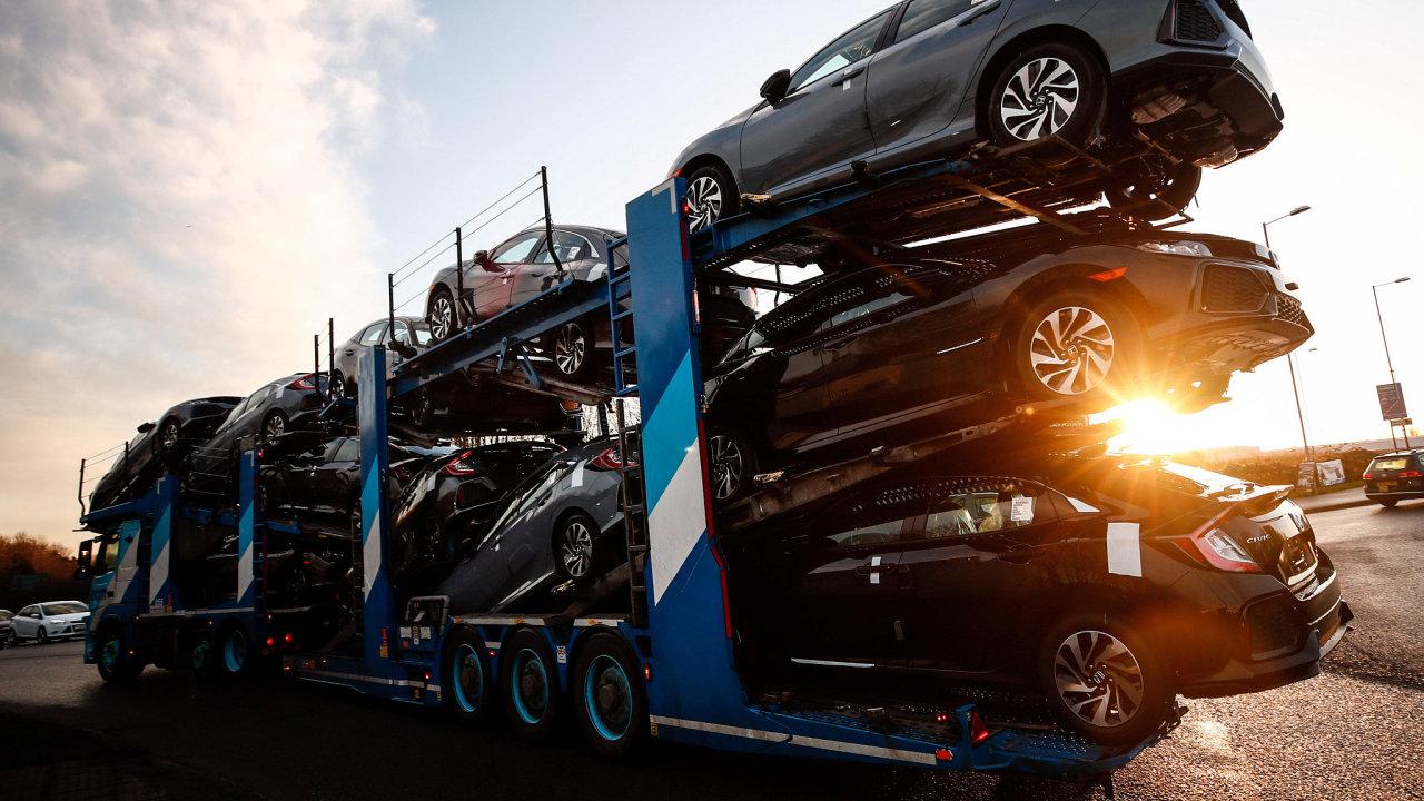 Nákladní vůz s osobními automobily vyjíždí z továrny Hondy ve městě Swindon.