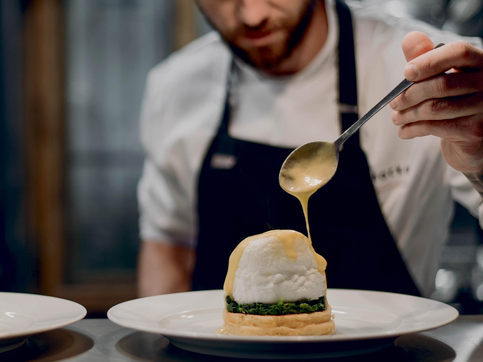 Sezonní suroviny, moderní zpracování, nevšední chutě aautorské recepty. To je nová smíchovská restaurace šéfkuchaře Ondřeje Kynčla, známého především zKavárny, co hledá jméno.