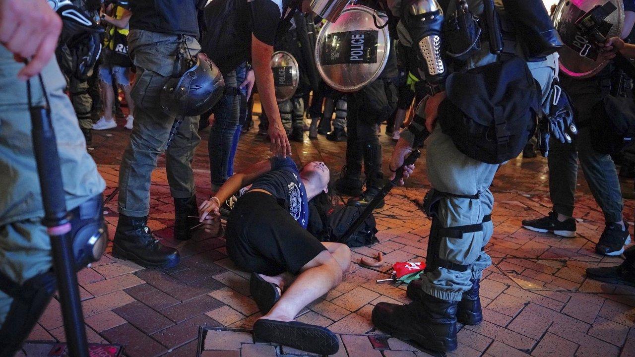 Každou konfrontaci mezi oběma tábory i policií zaznamenávaly desítky médií a přihlížející je zaznamenávali na své mobilní telefony. Policie zadržela několik lidí.