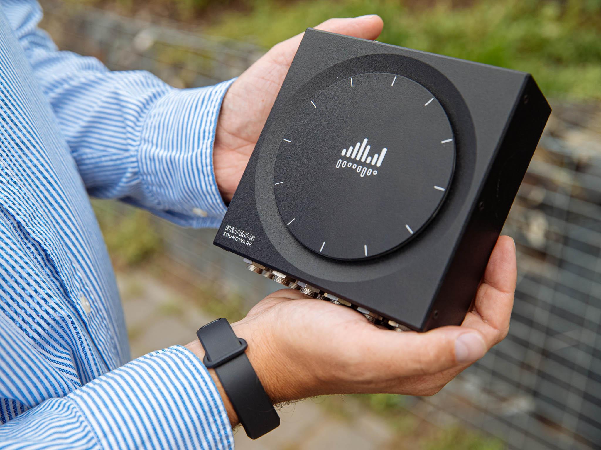 nBox slouží kpředpovídání poruch pomocí zvuků strojů. Měsíčně sbírá terabyty dat, které dokáže zpracovat namístě, bez připojení kinternetu. Představí se inastrojírenském veletrhu vBrně.