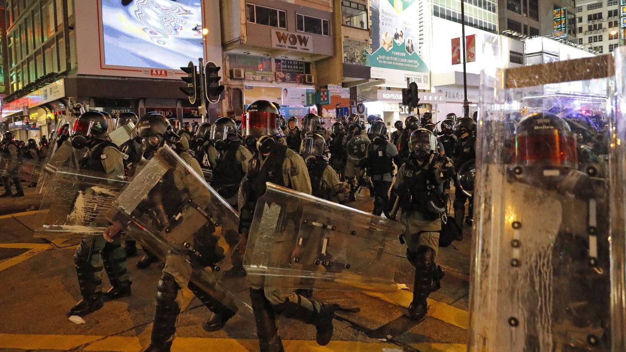 Hongkongští policisté vyráží do ulic po pátečním vyhlášení zákazu zahalování obličejů, který schválila správkyně města Carrie Lamová.