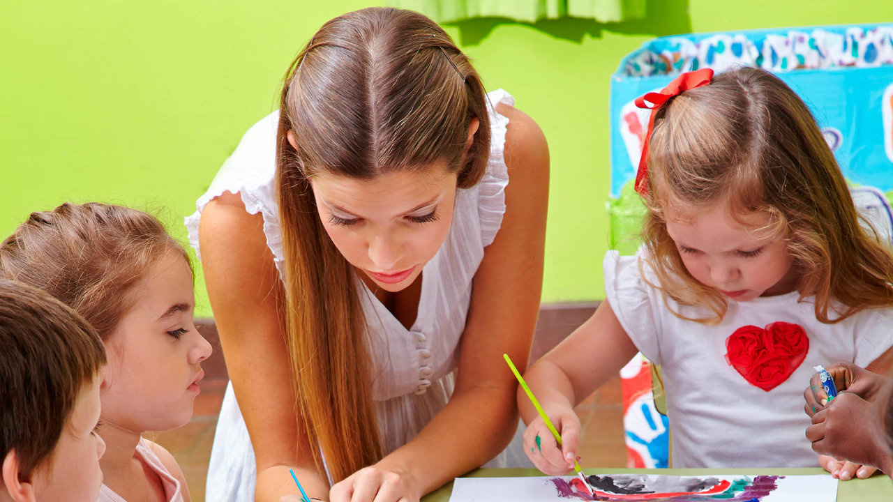 Moc dětí, málo učitelů: Mateřské školy bývají často přeplněné aučitelé, kterých je nedostatek, dětem nemohou věnovat tolik času, kolik by potřebovali.