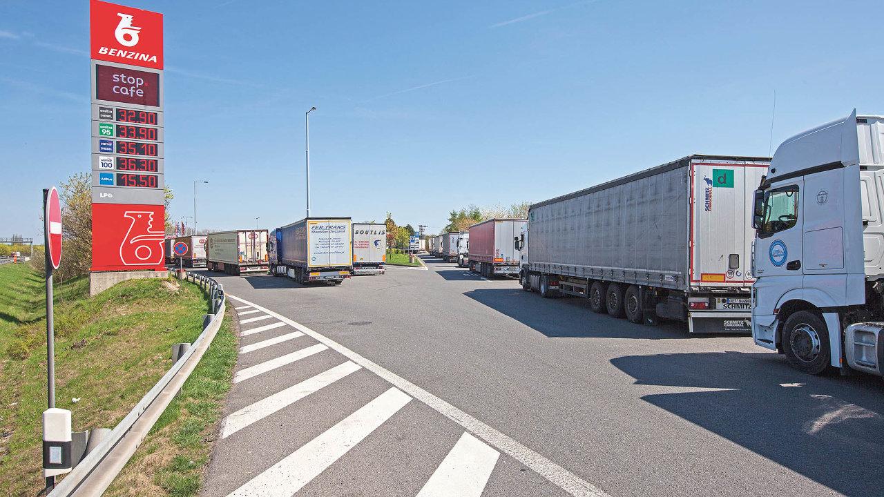 Vláda chce vČesku zakázat jízdy kamionů téměř nacelou neděli.