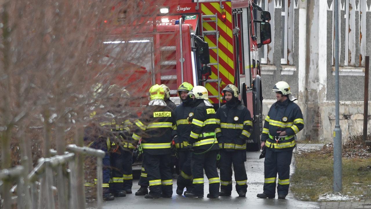 Mezi mrtvými a zraněnými není nikdo z pracovníků domova, mezi těmi lehce zraněnými byl jeden policista, který se nadýchal kouře. Odjel na kontrolní vyšetření.