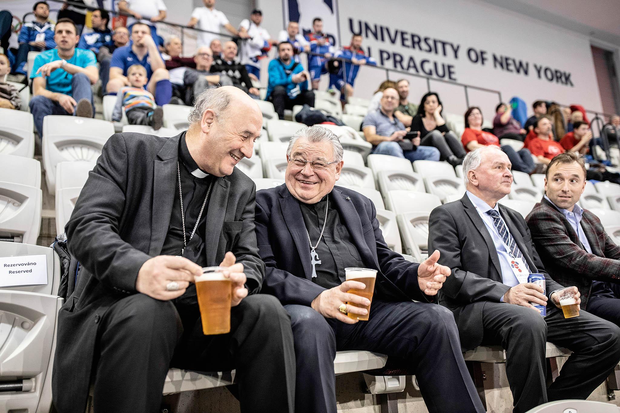 Turnaj sledovali také olomoucký arcibiskup Jan Graubner (zcela vlevo) s pražským arcibiskupem Dominikem Dukou. Pohár vítězů převzal polský tým (na snímku je Maciej Lewandowski).