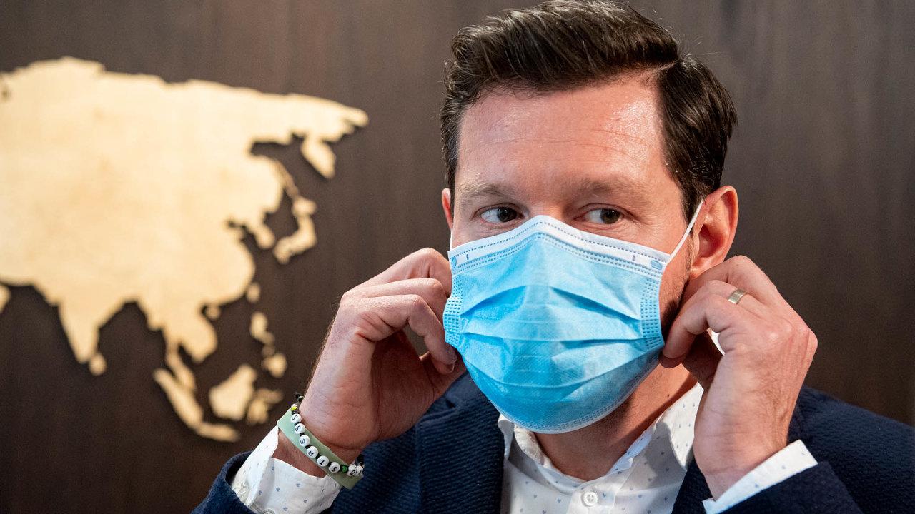 Nedostatkové zboží: Tomáš Mertlík, šéf společnosti Batist Medical, předvedl premiérovi Andreji Babišovi jednu z roušek, které jeho firma vyrábí.