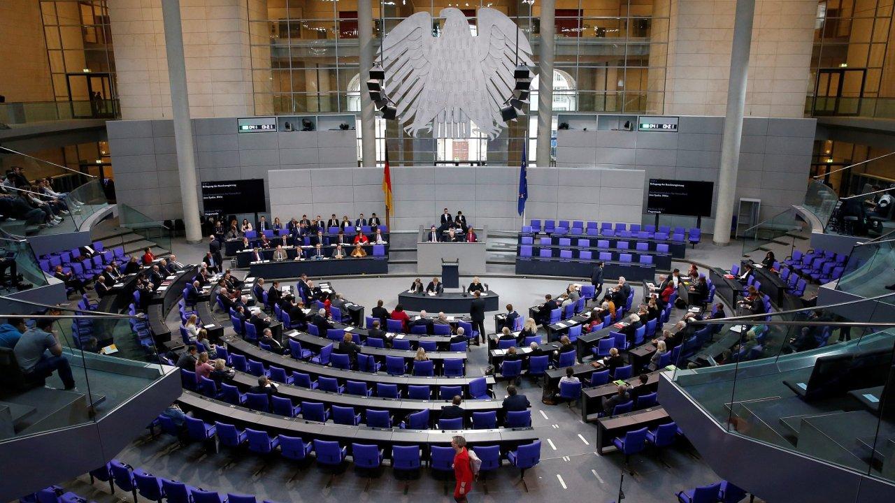 Německý ministr zdravotnictví Jens Spahn hovoří o koronaviru na schůzi německého Spolkového sněmu.