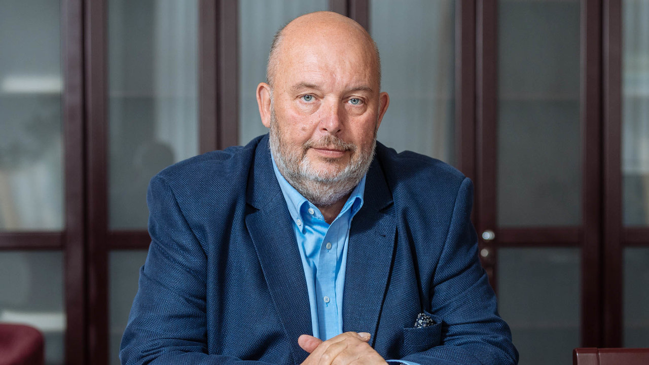 """""""Pandemie koronaviru dopadá především naceny ovoce azeleniny,"""" říká ministr zemědělstvíMiroslav Toman."""