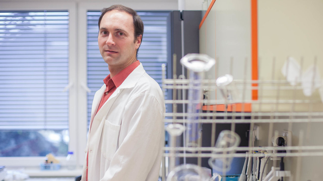 Mutují všechny viry, říká virolog Daniel Růžek. Unového typu koronaviru to ale podle něj zatím nevede kzásadnějším rozdílům.