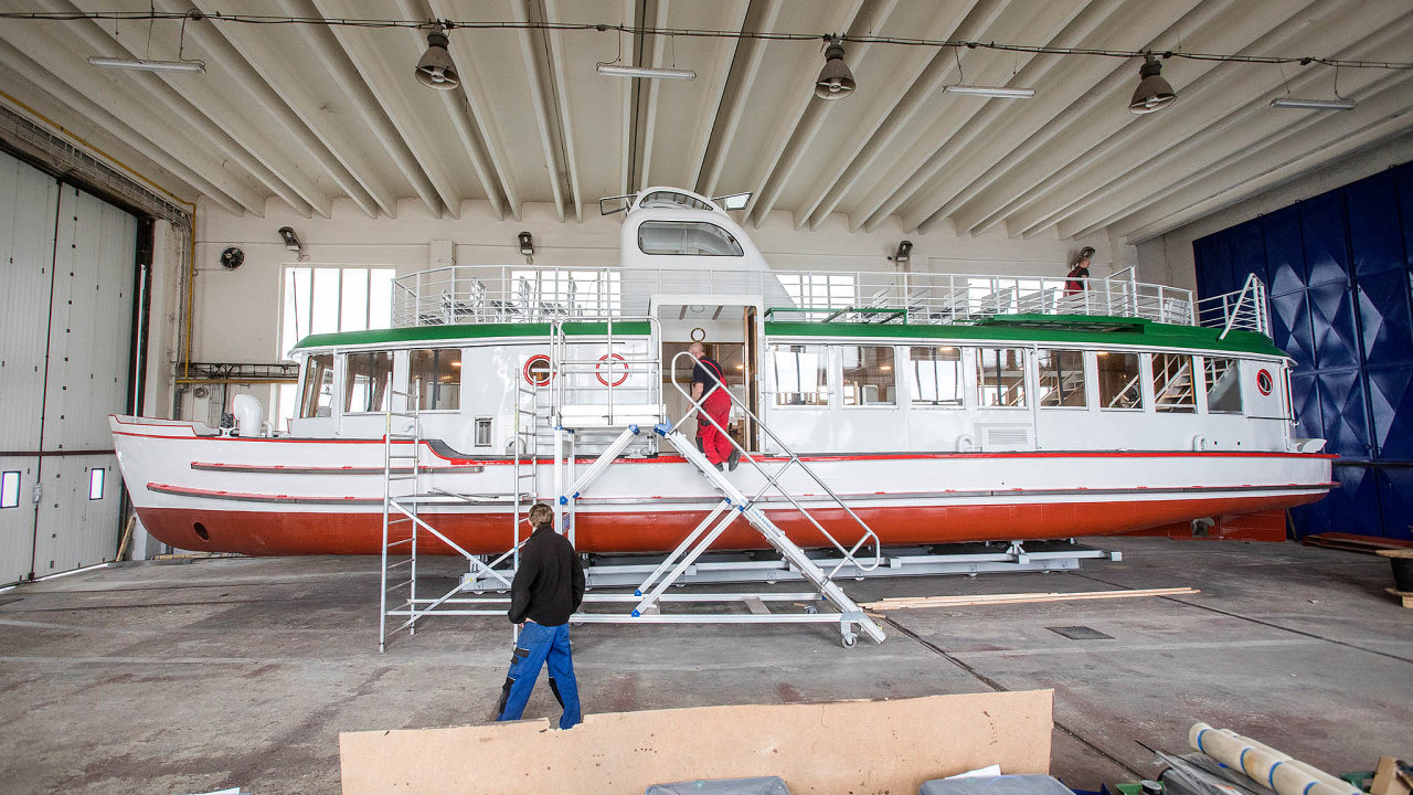 Morava, výletní loď, která už potřetí změní jméno, během závěrečných oprav. Dopravní podnik města Brna se chtěl vrátit kpůvodnímu pojmenování Moskva, nakonec ale Brňané rozhodli vanketě jinak.
