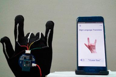 Miluji tě! Chytrá rukavice se senzory přeloží znakování dopsané nebo mluvené řeči. Zvládne třeba znak vyjadřující lásku (nasnímku).