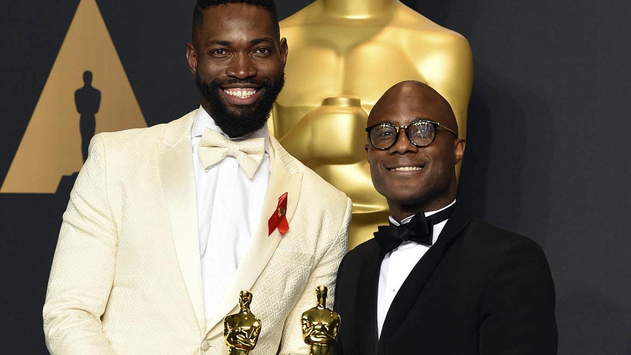 Moonlight, sociální drama zčernošské komunity, vroce 2017 získal Oscara jak za scénář Tarella Alvina McCraneyho (vlevo), tak za režii Barryho Jenkinse coby nejlepší film.
