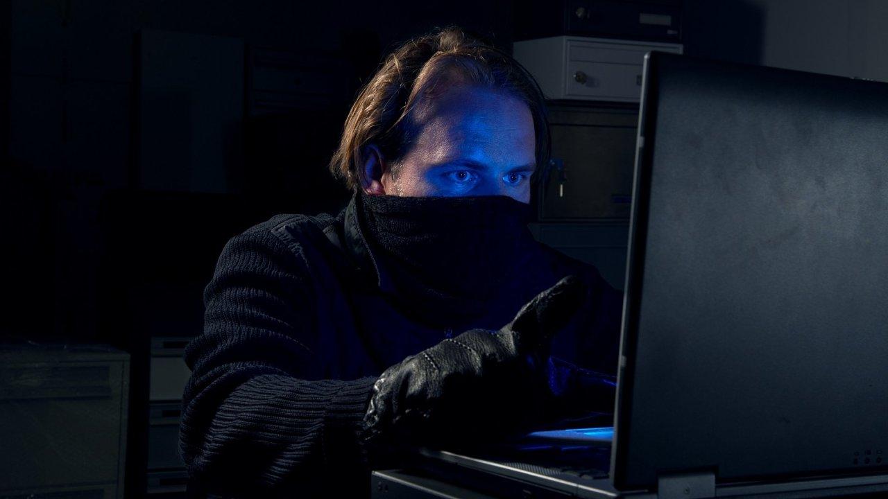 Když Kuzmiakovi počítač ukradli, připojil se k němu na dálku a nainstaloval do něj sledovací program. A také si fotil dění před notebookem - Ilustrační foto.
