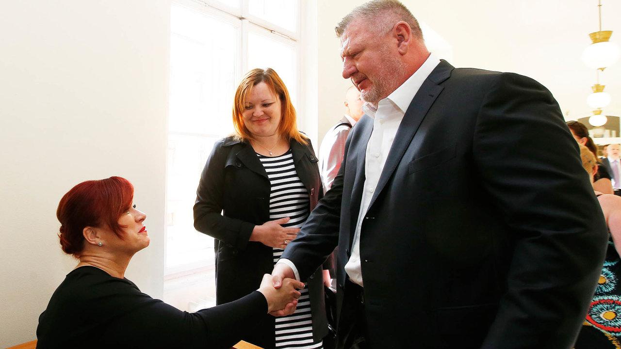 Definitivně osvobozeni. Jana Nečasová se zdraví sIvo Rittigem při jednom zdřívějších jednání soudu. Čtvrteční osvobozující verdikt si už nikdo znich nepřišel vyslechnout.