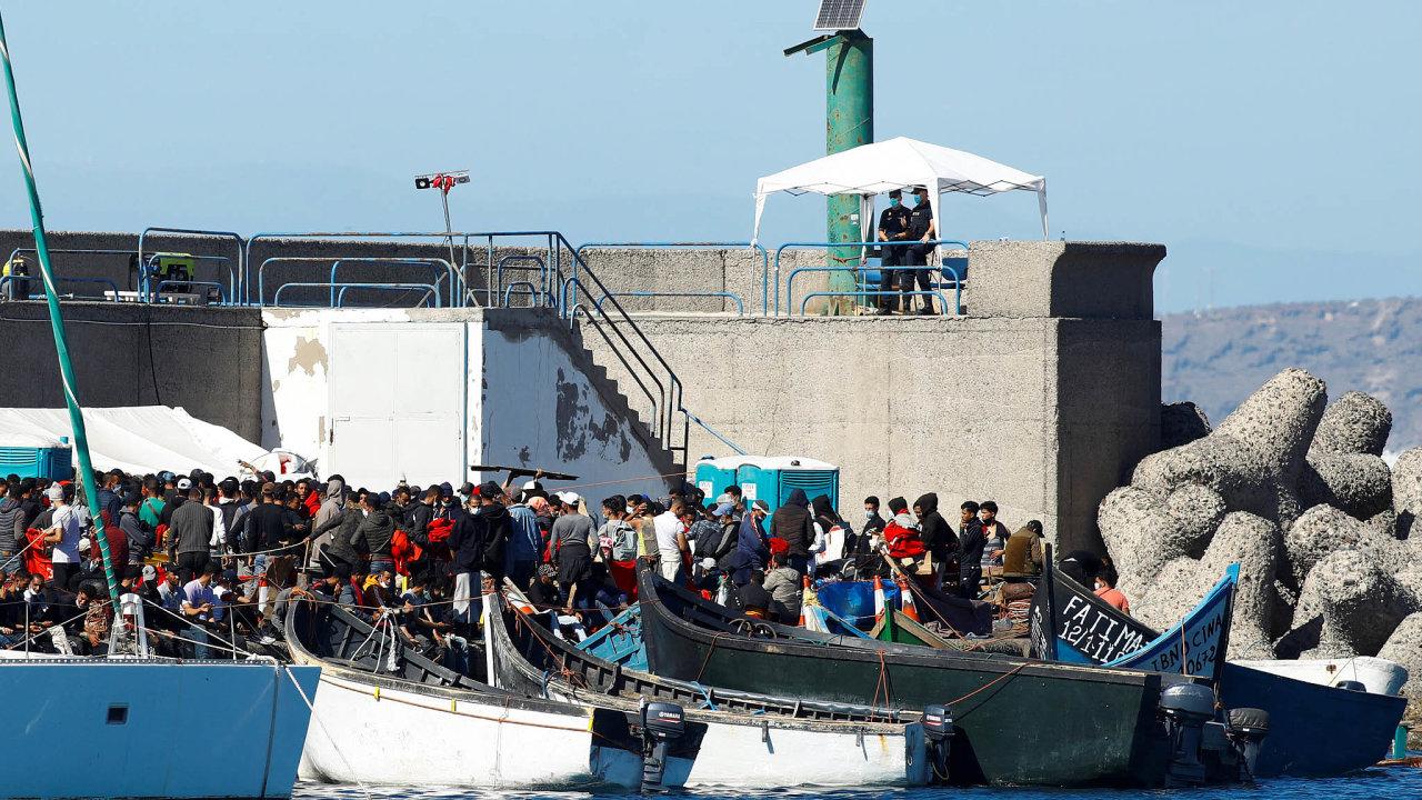 Vpřístavu Arguineguín, který obvykle vítá turisty, úřady zřídily stanové městečko, kde pobývají až dva tisíce lidí. Někteří znich musí kvůli nedostatku vybavení spát nazemi.