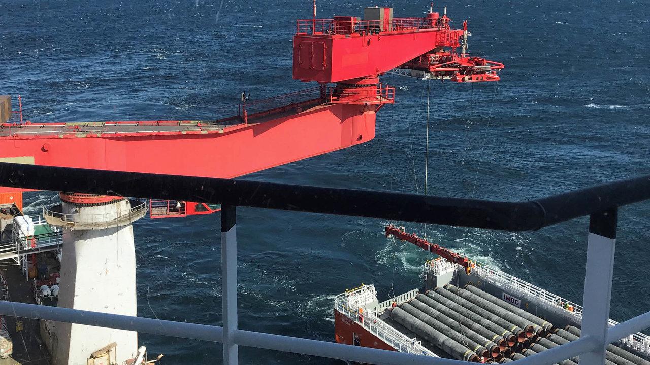 Po roční pauze se znovu rozeběhla dostavba rusko-německého plynovodu Nord Stream 2 v Baltském moři.