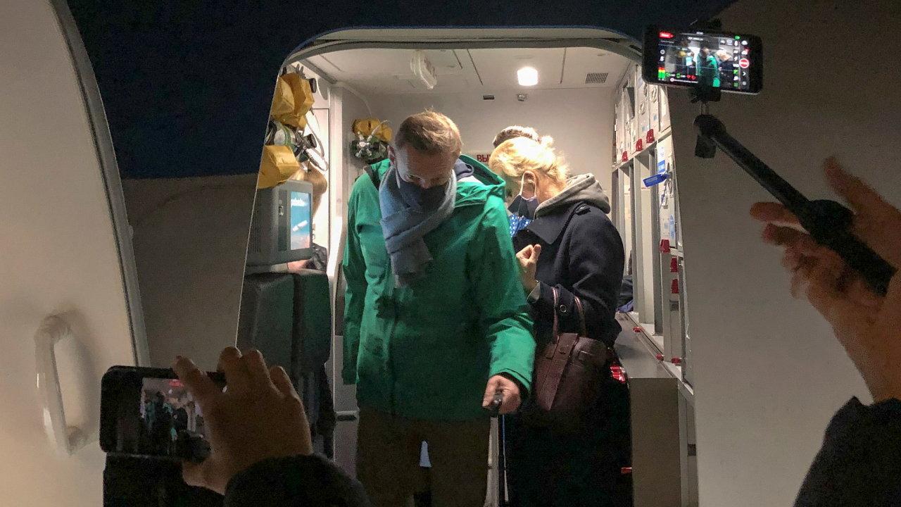 Ruský opoziční politik Alexej Navalnyj přistál v Moskvě na letišti Šeremetěvo poté, co úřady pro přílety uzavřely letiště Vnukovo. Tam na plánované přistání čekali jeho příznivci.