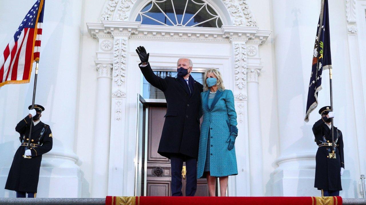 Joe Biden poprvé jako prezident vstupuje do Bílého domu.
