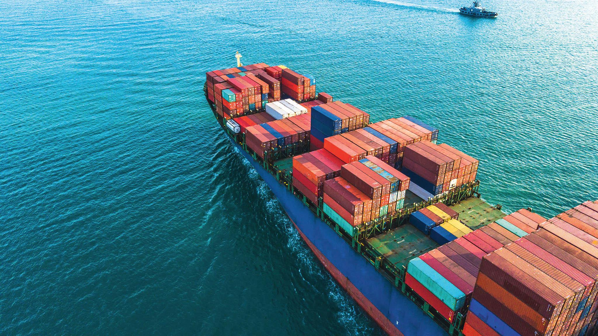 """Koživení námořní dopravy přispěla především opětovná """"konzumní"""" chuť koncových spotřebitelů arekordní nárůst výše dopravného– to bylo například vříjnu téměř dvojnásobné vesrovnání se stejným obdobím roku 2019."""