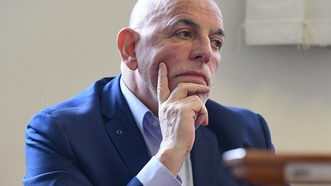 Potřech letech nazačátku. Oradním České televize Zdeňku Šarapatkovi Zeman tvrdil, že ho pro neschopnost vyhodil. Ten ale doložil, že odešel podohodě.