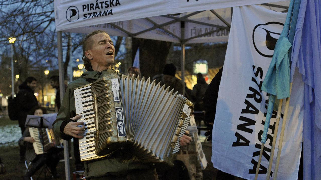 Magnet iprostarší? Předseda Pirátů Ivan Bartoš láká hlavně mladé voliče. Teď se strana snaží přilákat iseniory, kteří jí zatím hodili hlas jen výjimečně.