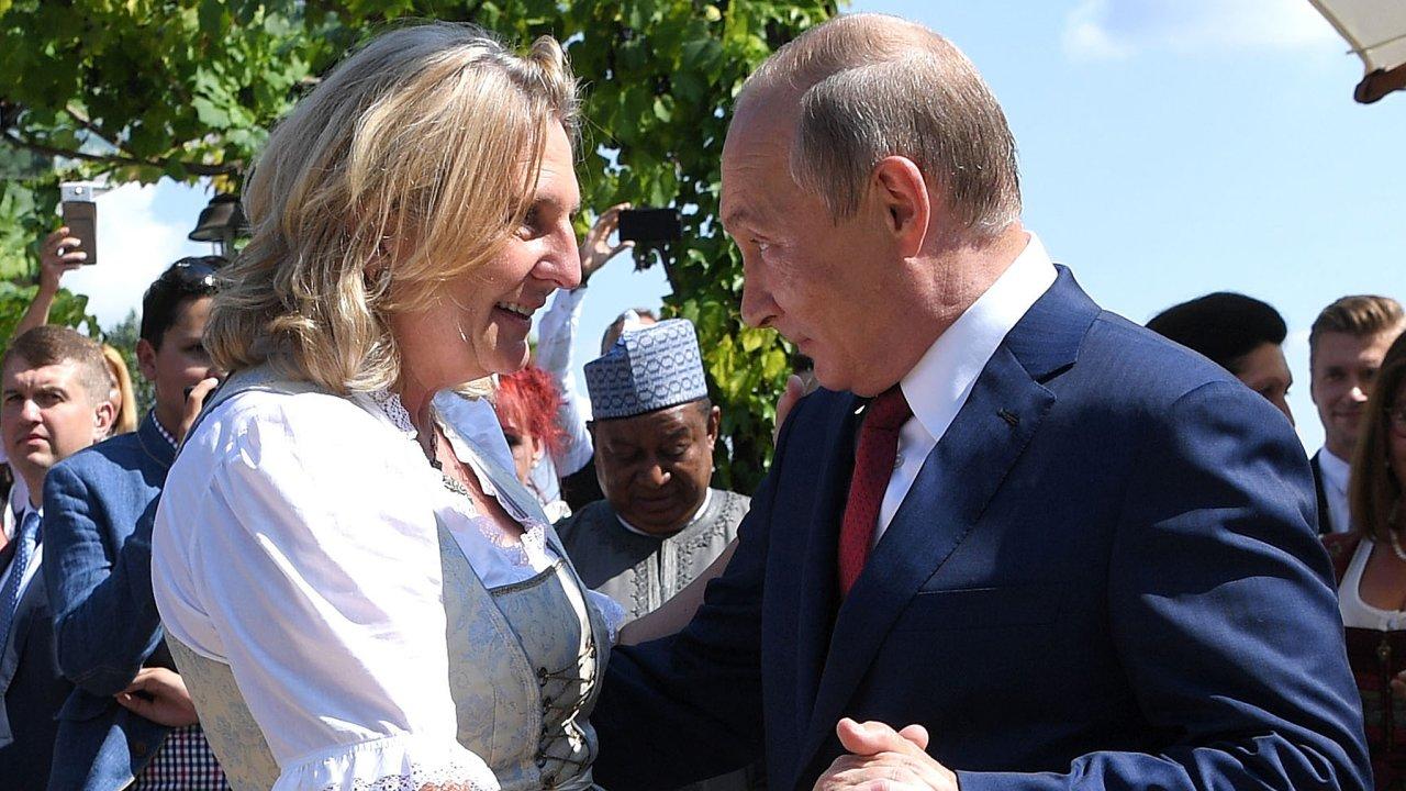 """""""Vladimir Putin je opravdu dobrý tanečník,"""" prohlásila rakouská exministryně zahraničních věcí Karin Kneisslová z populistické strany Svobodných. Vroce 2018 jí přijel ruský prezident nasvatbu."""