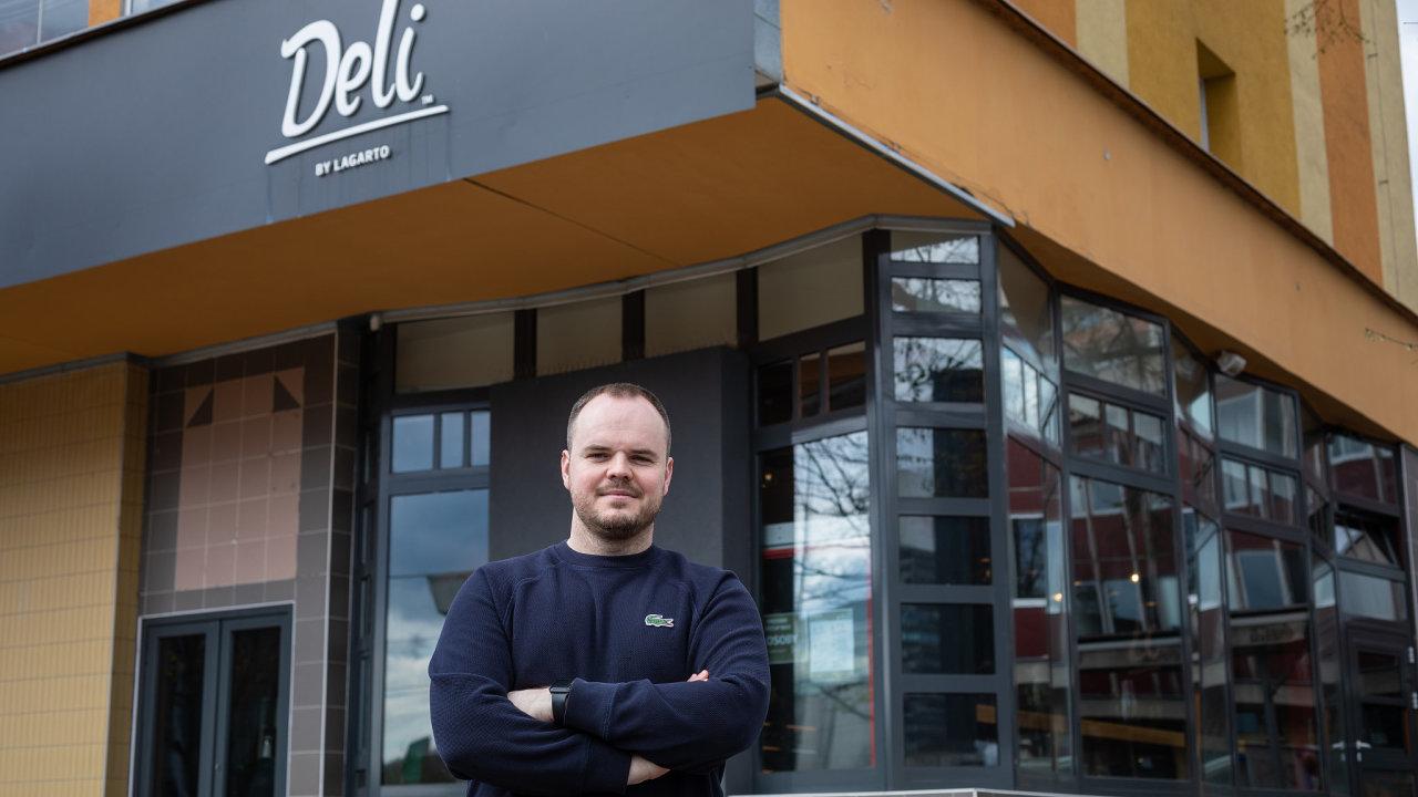 """""""Od dodavatelů už bereme jen suroviny a některé nápoje a alkohol, zbytek – slané, sladké, zmrzlinu – si už umíme dělat sami,"""" popisuje Jan Hawelka, majitel gastronomické sítě Lagarto."""