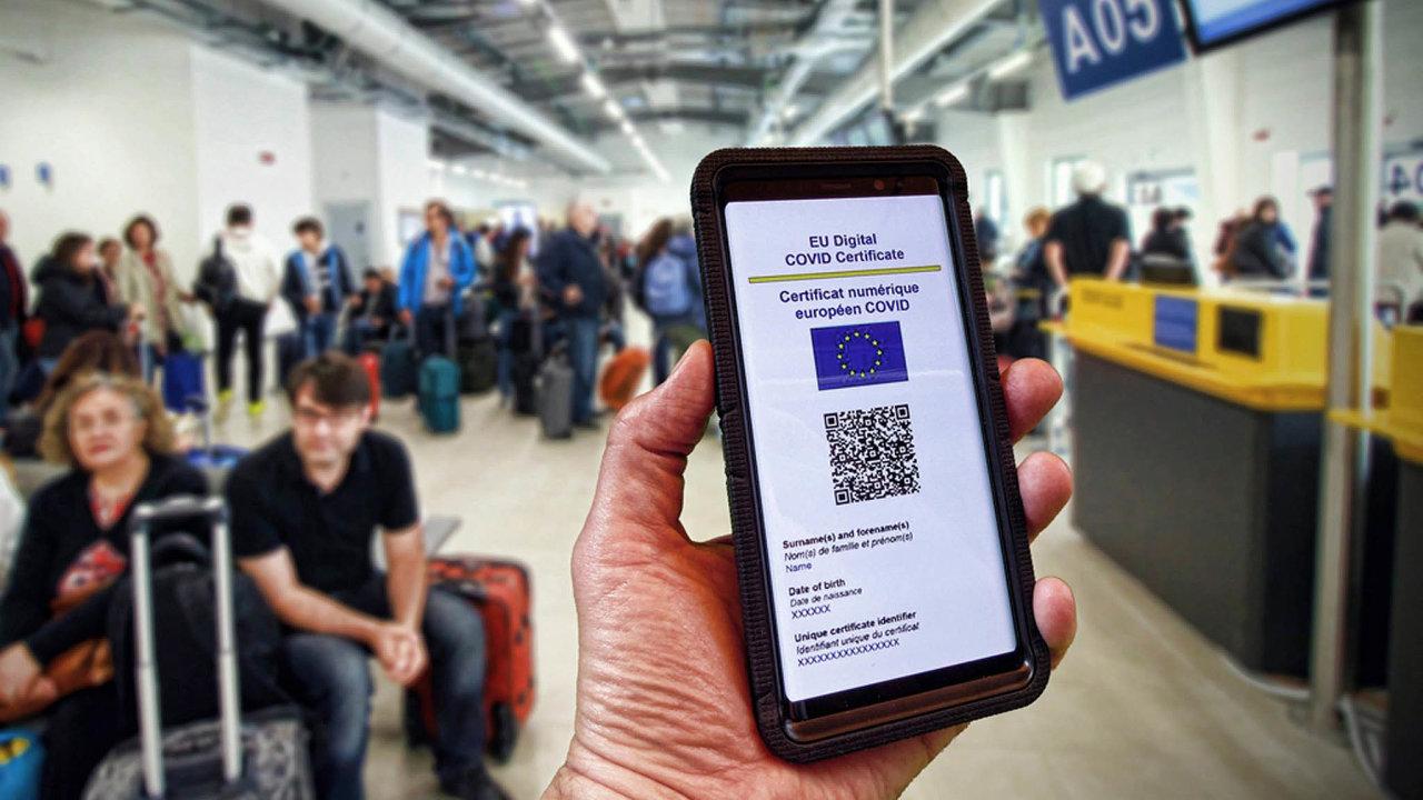 Covid pasy mají zjednodušit cestování po Evropě, podle českého ministerstva zdravotnictví ale není jejich využívání plně právně ošetřeno.