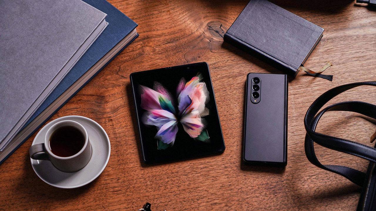 Velkorysý displej si umodelu Galaxy ZFold3 5G můžete rozdělit až natři okna.