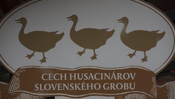 Pokud chcete zažít opravdovou tradici, zajeďte si do Slovenského Grobu, vesničky vyhlášené husí pečínkou a vzdálené od Bratislavy dvacet kilometrů.